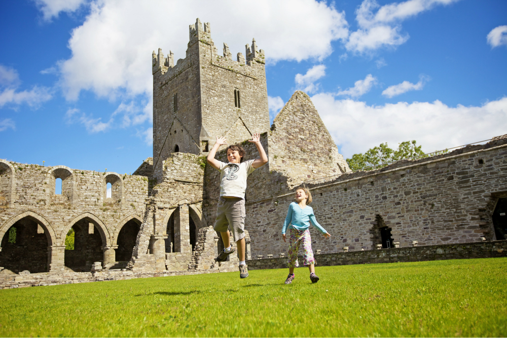 children_at_jerpoint_abbey